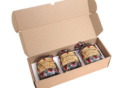 Drie pakjes Goudstroop stroopwafels in een verzenddoos